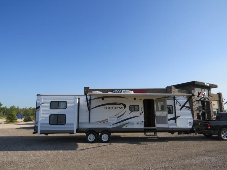 Used 2013 Forest River SALEM 31 Ft Triple Slide - Sleeps 10, Outdoor Spkrs! for sale $25,800 at Auto Show Sales and Finance in Winnipeg MB